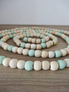 Guirlande de perles en bois brut et bleu - Ma déco aux petits oignons