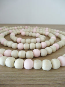 Guirlande de perles en bois brut et rose - Ma déco aux petits oignons