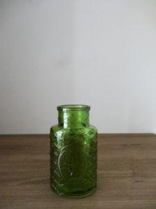 Petit vase vert décoré