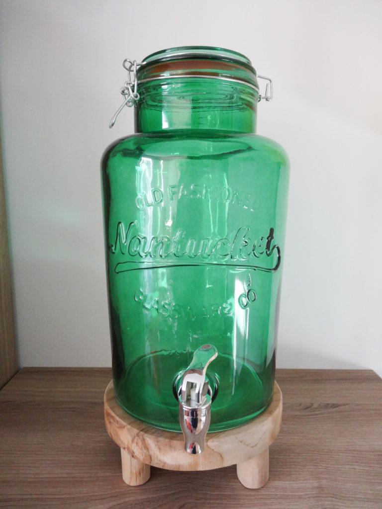 Fontaine à boissons verte sur réhausseur en bois - Ma déco aux petits oignons