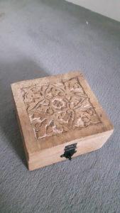Petite boîte en bois brut sculpté - Ma déco aux petits oignons