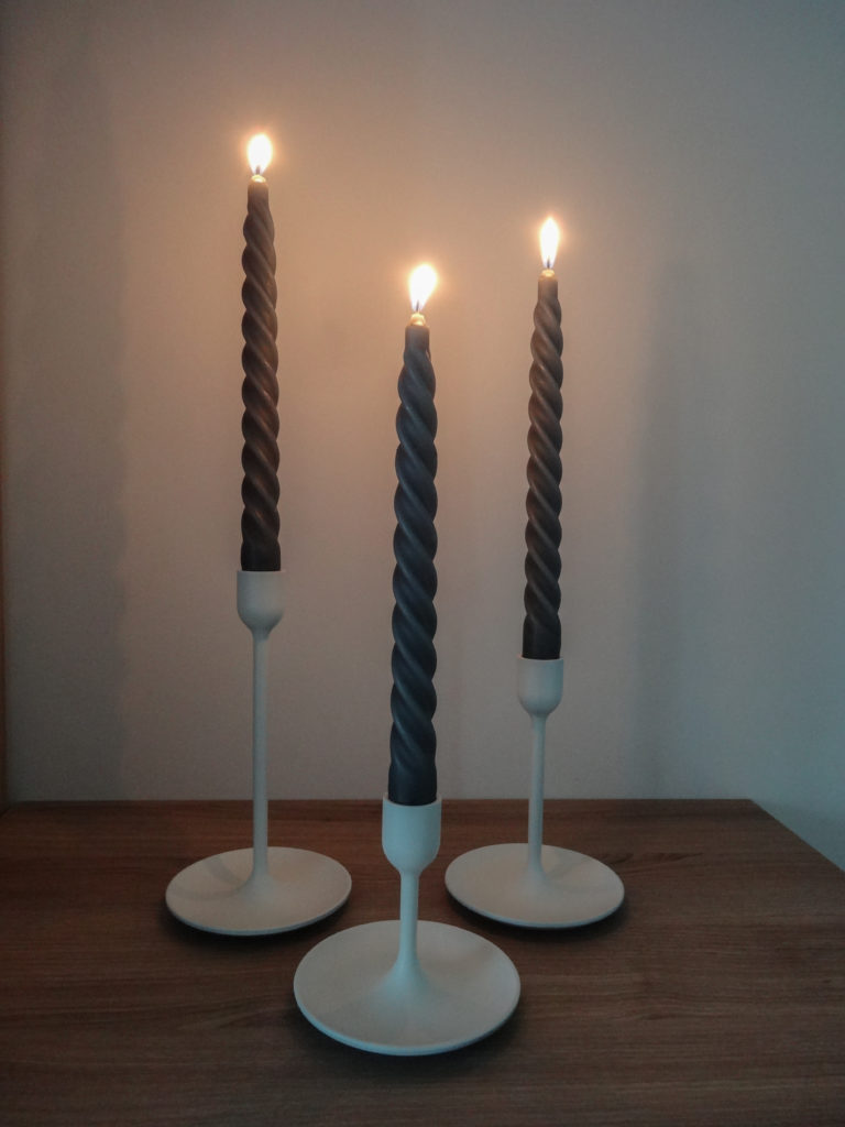 Bougeoirs blancs et bougies grises - Ma déco aux petits oignons