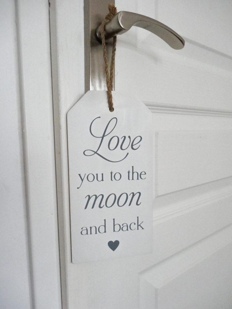 Pancarte forme étiquette en bois to the moon and back - Ma déco aux petits oignons