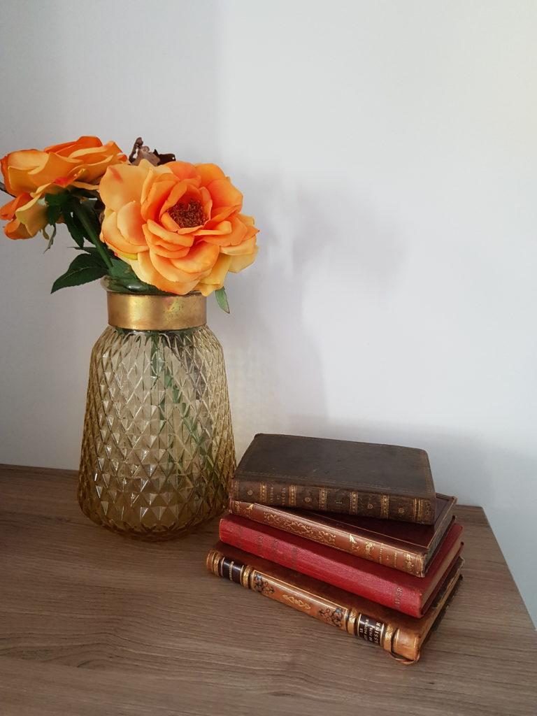 Livres vintage et vase ambré - Ma déco aux petits oignons