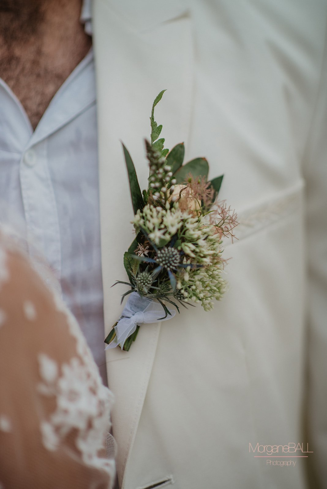 Ma déco aux petits oignons - Shooting d'inspiration tropical - boutonnière marié